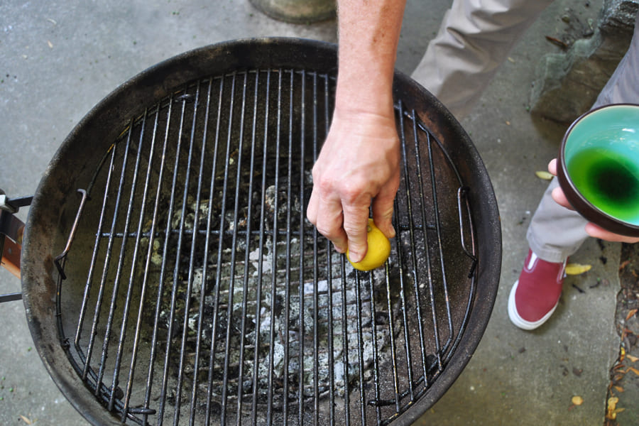 Cleaning the grill with a lemon